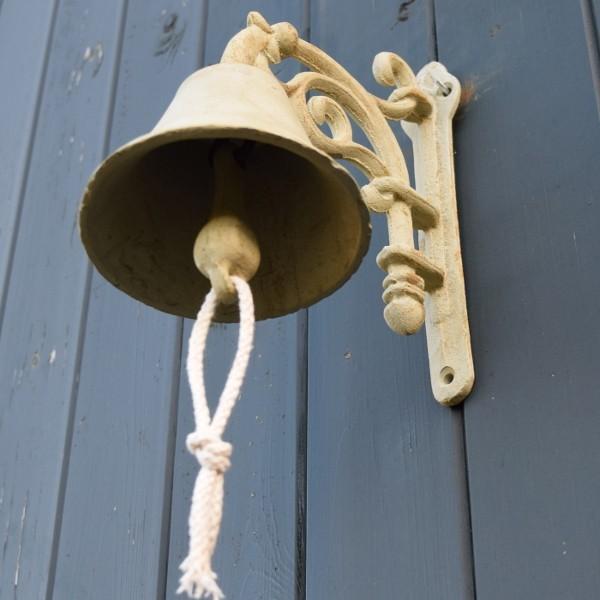 De bel in de hal